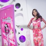 Nooray Bhatti with her Sunsilk Fashion Edition Bottle by Nomi Ansari (1)_1198x800