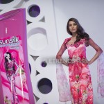 Nooray Bhatti with her Sunsilk Fashion Edition Bottle by Nomi Ansari (2)_1198x800