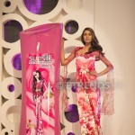 Nooray with her Sunsilk Fashion Edition Bottle by Nomi Ansari (1)_534x800