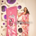 Nooray with her Sunsilk Fashion Edition Bottle by Nomi Ansari (2)_534x800