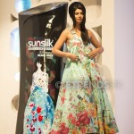 Sunita Marshal with her Sunsilk Fashion Edition Bottle by Khaadi (2)_534x800