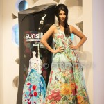 Sunita Marshal with her Sunsilk Fashion Edition Bottle by Khaadi_534x800